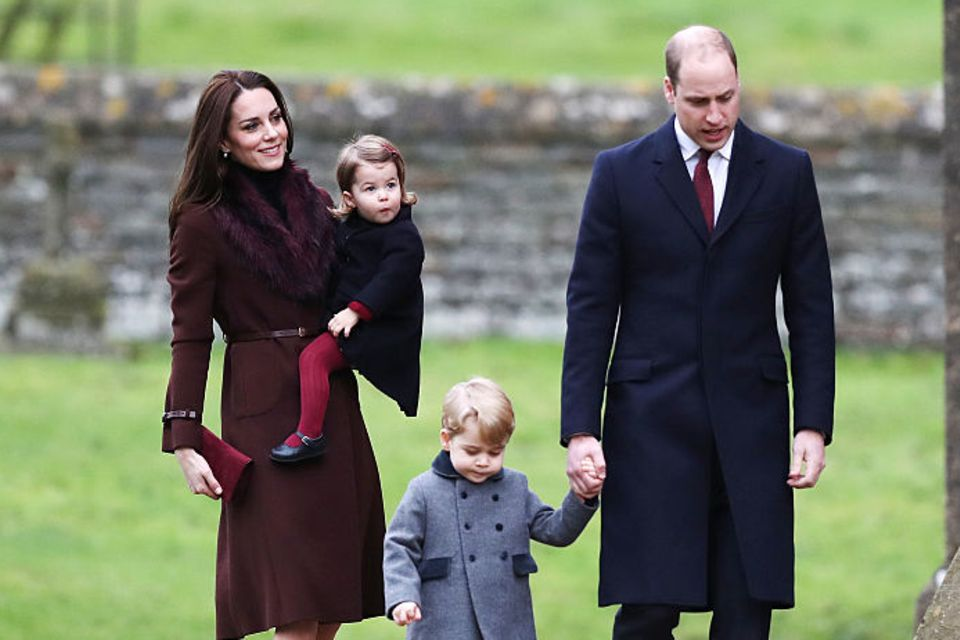 William und Kate mit ihren Kindern vor Kirche