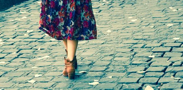 Frau in Blumenrock auf Straße