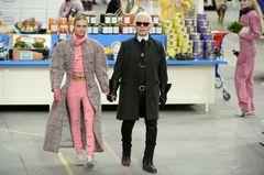 Chanel-Looks: Cara Delevigne mit Karl Lagerfeld
