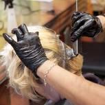 Frau bekommt die Haare blond gefärbt
