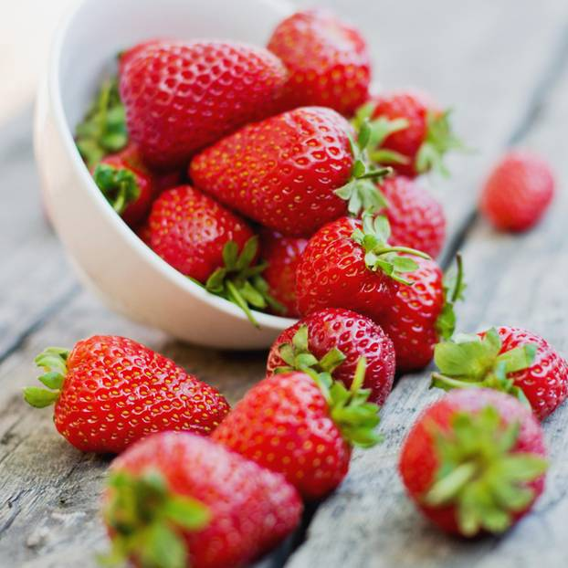 Erdbeeren gesund: Erdbeeren auf dem Tisch