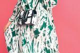 Frühlingstrends 2020: Model in grün weißen Kleid