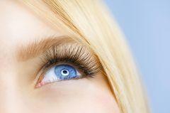 Auge und blonde Haarsträhnen einer Frau