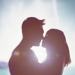 Liebeshoroskop: Ein Pärchen küsst sich in traumhafter Kulisse