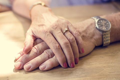 Hände eines älteren Paares