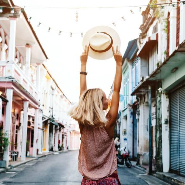 Stopover: Frau läuft durch die Straße