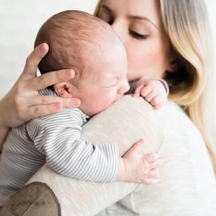 USA: Mutter geht Brustmilch aus – da hilft ihr die Polizei - Mutter hält weinendes Baby