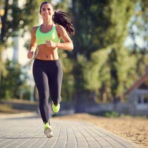 Joggen lernen: Frau joggt auf der Straße