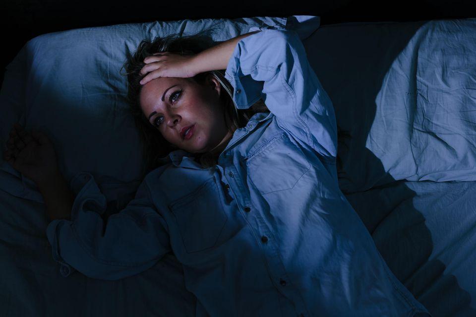 Durchschlafstörungen: Frau liegt wach