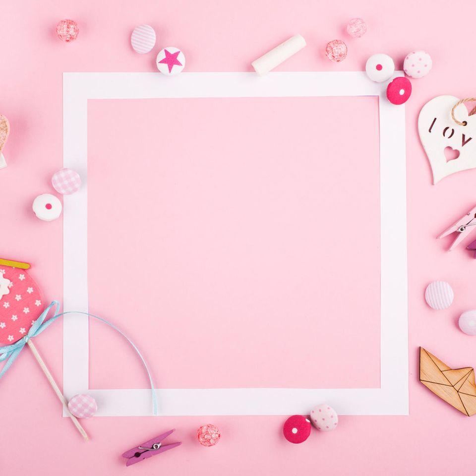 Bilderrahmen selber machen: weißer Rahmen auf rosa Grund