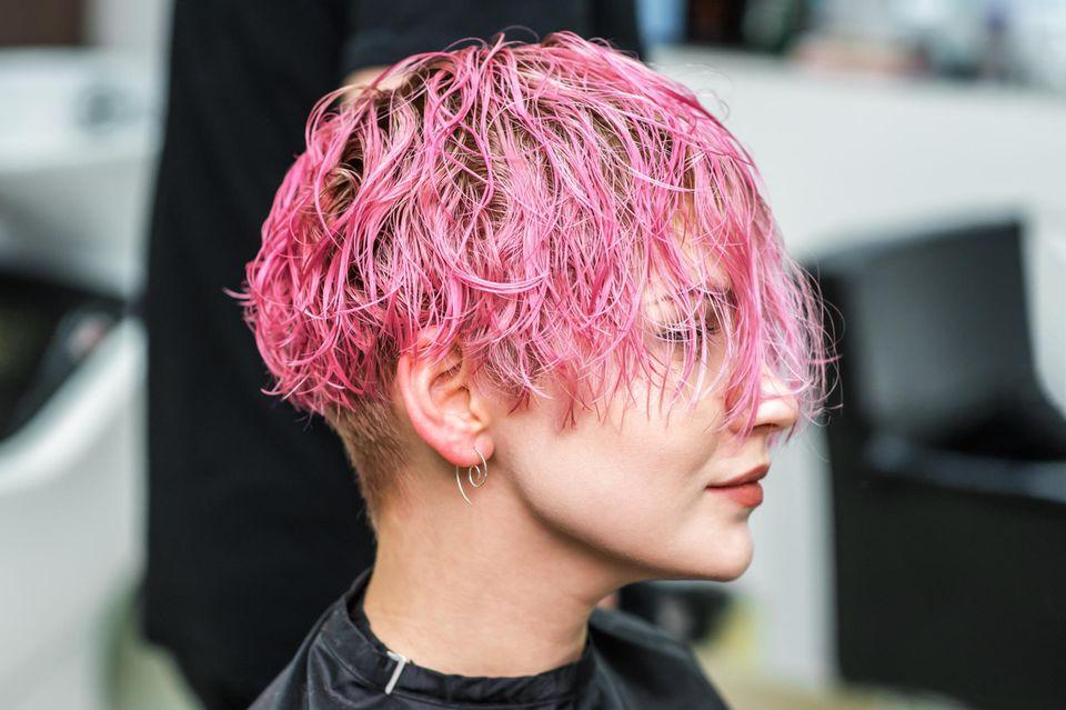 Haare glätten: Frau mit Kurhaarschnitt