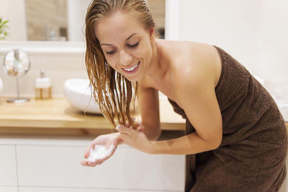 Haare glätten: Frau mit nassem Haar