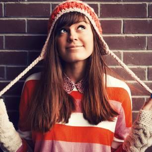 Horoskop: Eine glückliche Frau mit einer Mütze