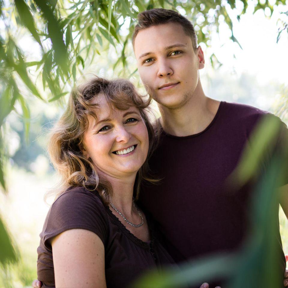 Sohn bei Partnersuche unterstützen: Mutter und Sohn