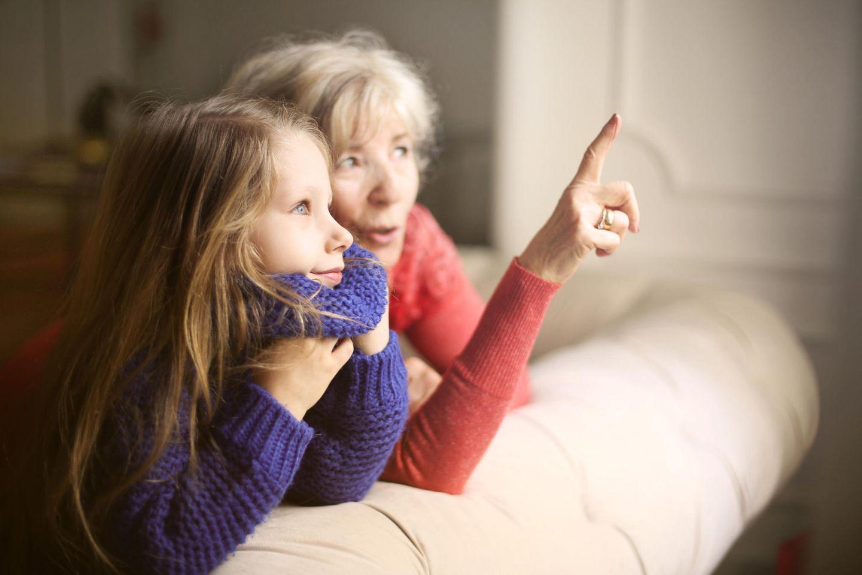 Enkelkinder aufmuntern: Großmutter mit Enkelin