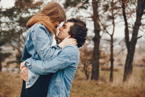 Liebe auf den ersten Blick: Paar umarmt sich