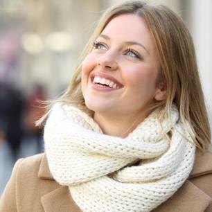 Horoskop: Eine glückliche, lachende Frau