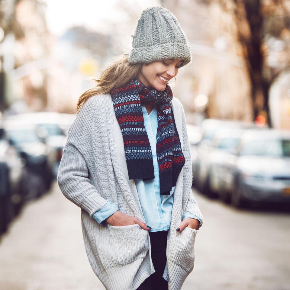 4-7-11-Methode: Eine entspannte, glückliche Frau