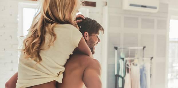 Sex: Mann trägt Frau auf dem Rücken