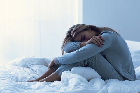 Schlaflose Frau auf Sofa