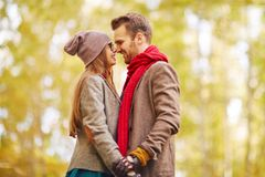 """Wie kann man anders """"ich liebe dich"""" sagen? Ein glückliches Paar schaut sich in die Augen"""