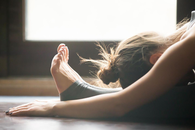 Frau macht Yogaübung