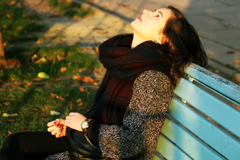 Wie trifft man kluge Entscheidungen? Eine Frau sitzt auf einer Bank und denkt nach?