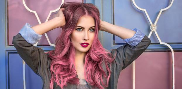 Der perfekte Haartrend für dein Sternzeichen in 2020: Frau mit pinkem Haar