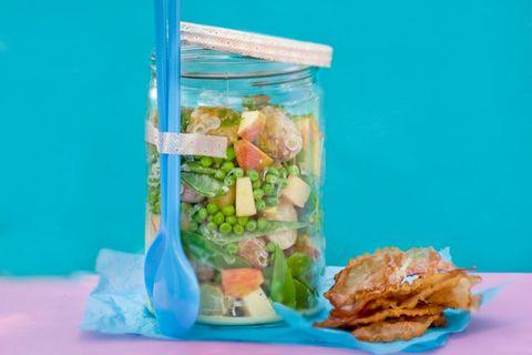 Kartoffelsalat mit Zuckerschoten und Speck