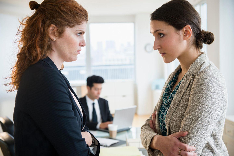 Zwei Frauen schauen sich böse an