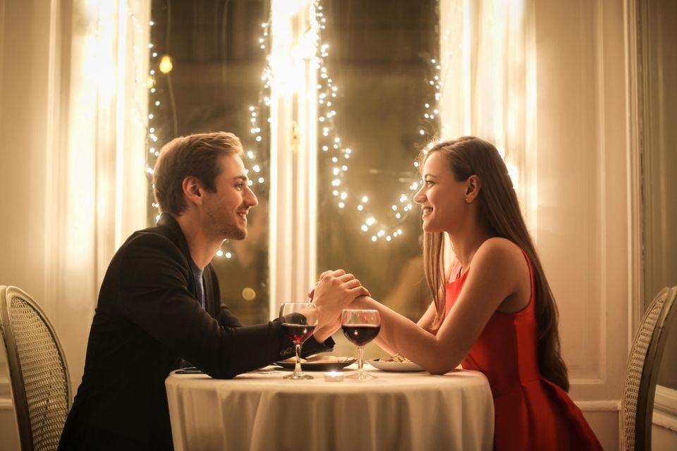 Pärchen bei einem Date im Restaurant