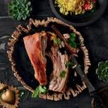 Pulled Schweinebauch mit Kurkuma-Reis und verschärfter Tomaten-Salsa