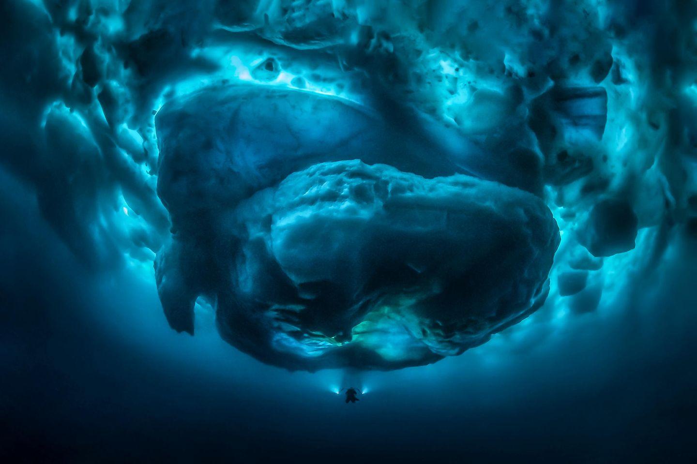 Unterwasserbilder 2020: Eisberg von unten