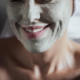 Haut in den Wechseljahren - was braucht sie?: Frau mit Gesichtsmaske