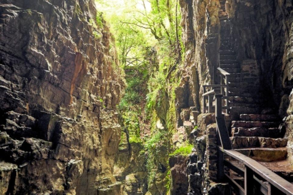 Cilento: Fluss der aus Grotte fließt