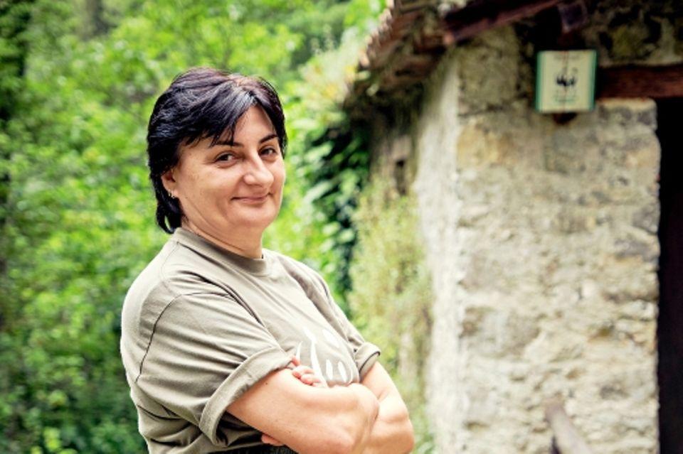 Cilento: Frau in Gummihose und Tshirt