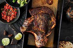 Rinderhochrippe mit Salsa, Tacos und Avocado-Mash
