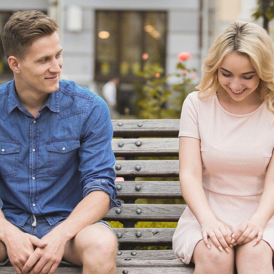 6 Sternzeichen, die in der Liebe erstmal zurückhaltend sind: Schüchterne Frau