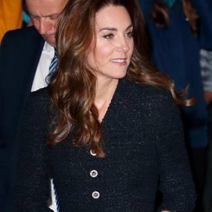 """Wow, was für ein Look! zur Charity-Aufführung von 'Dear Evan Hansen"""" zugunsten der Royal Foundation entschied sich Kate für ein außergewöhnliches Outfit, das vor allem auf den zweiten Blick ein echter Hingucker ist. Während das dunkle Mantelkleid aus schwerem Tweed-Stoff vonEponine London eher schlicht daherkommt, ..."""