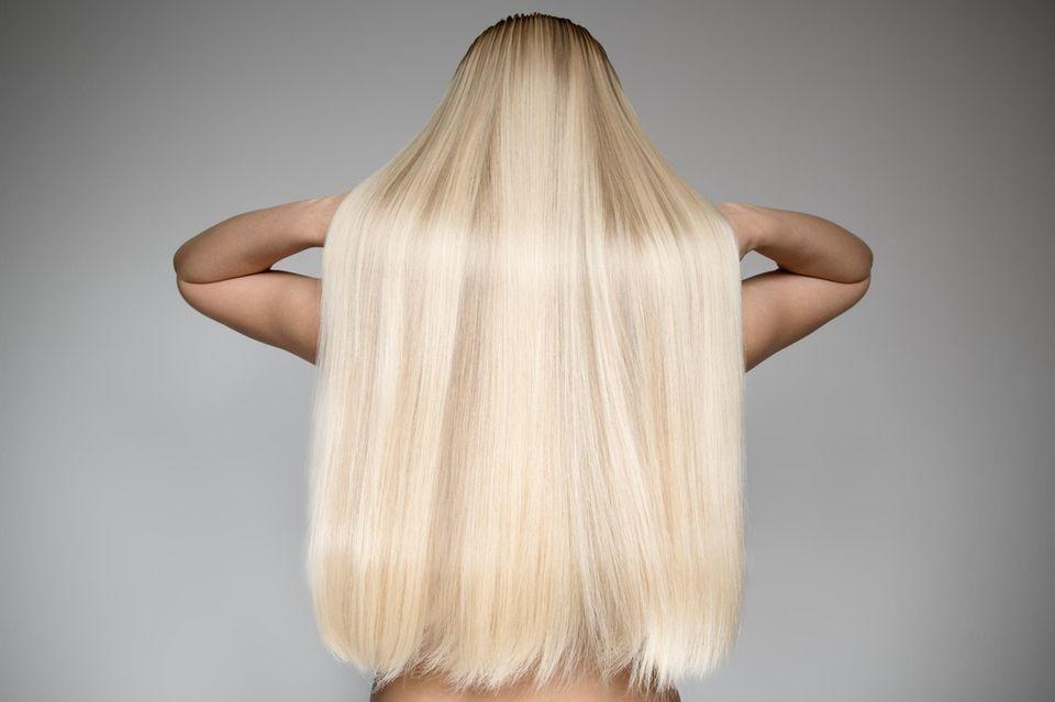 Lange blonde Haare einer Frau