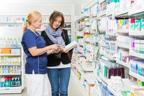 Drogist: Frau in Drogerie