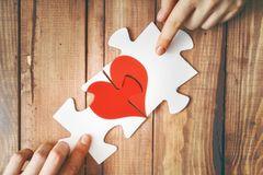 Wann sollte man sich trennen: Zwei Puzzleteile mit einem Herz darauf