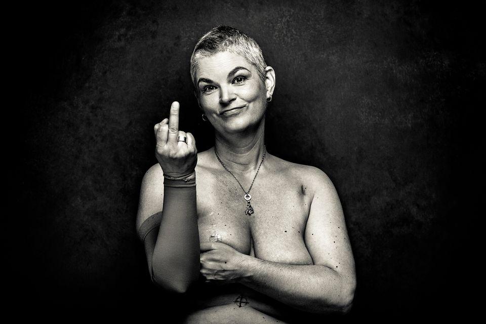 Fotoprojekt Brustkrebs: Krebs Überlebende zeigt Stinkefinger