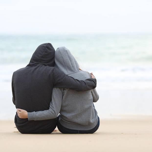 3 Tricks, wie du nach enttäuschtem Vertrauen doch wieder lieben kannst: Paar am Strand