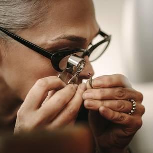 Berufsbild Juwelier: Frau untersucht Diamanten
