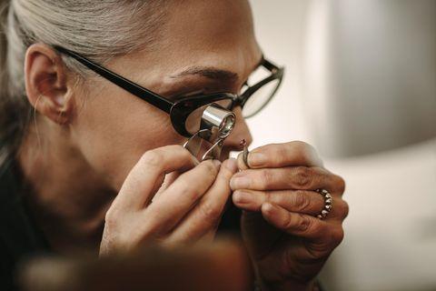 Juwelier: Frau untersucht Diamanten