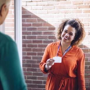 Berufsbild Sozialpädagoge: Frau mit Ausweis