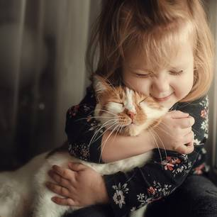 Katze zugelaufen: Kind umarmt Katze
