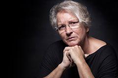 Gesichter der Depression: Frau schaut traurig in die Kamera