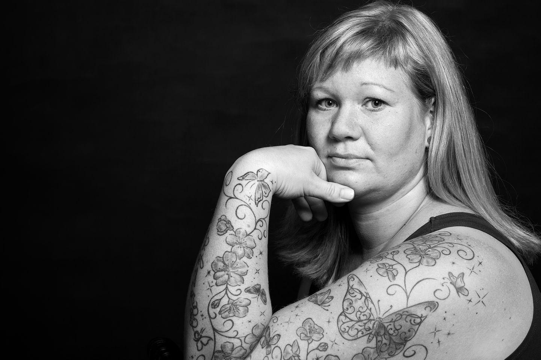 Gesichter der Depression: Frau schaut in die Kamera